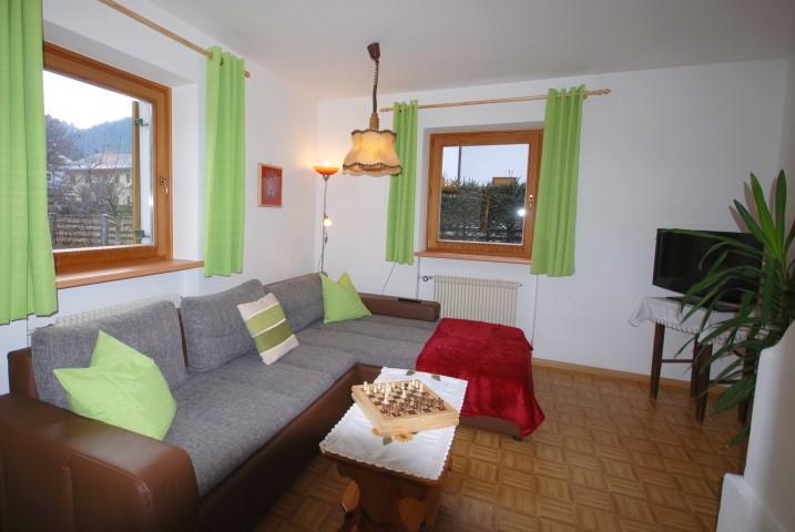 Wohnzimmer mit großer Couch Wohnung Alpenrose