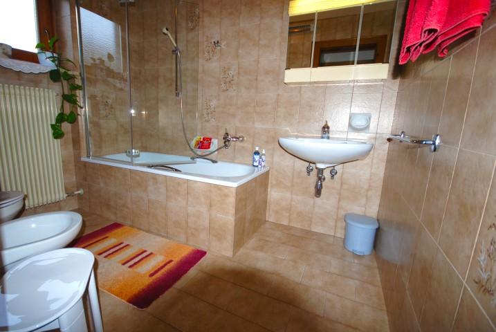 Bad mit Badewanne und Duschwand Wohnung Alpenrose